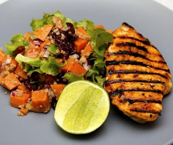 Grilovaná krůtí prsa s kari a se salátem